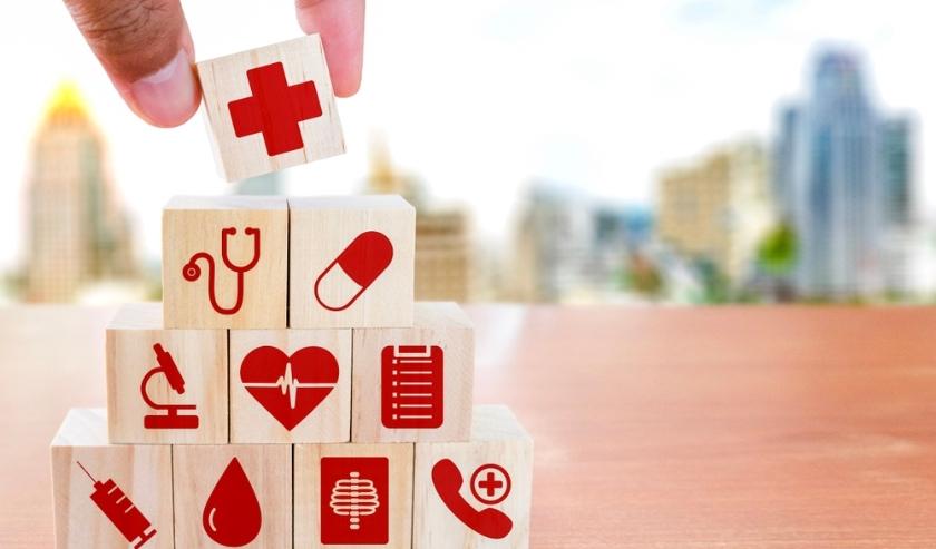 Houten blokjes met verschillende medische tekens.