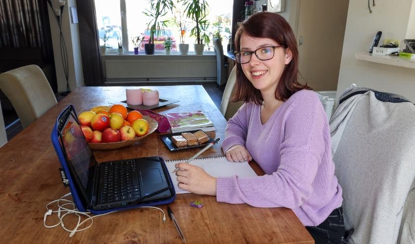Als gevolg van de Corona-pandemie moet Janne Hageman de komende tijd thuis haar huiswerk maken. FOTO: Bert Jansen.