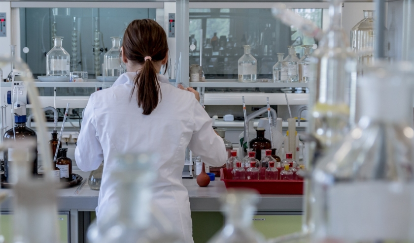 Er wordt geëxperimenteerd met verschillende medicijnen, zoals het medicijn tegen malaria chloroquine. Dit zijn proeven die nu in laboratoria plaatsvinden, er zijn nog geen proeven gedaan met mensen.