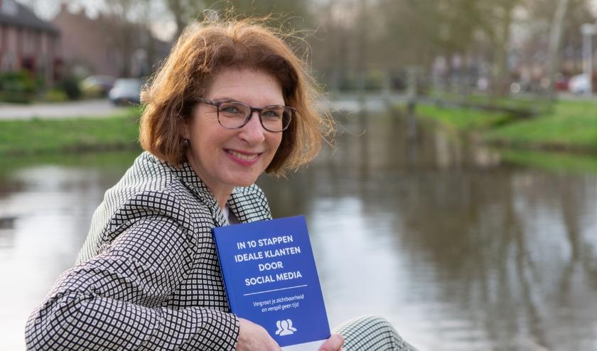 Marjolijn Cohen, socialmediastrateeg met haar boek In 10 stappen ideale klanten door social media (foto: Elly Hak)