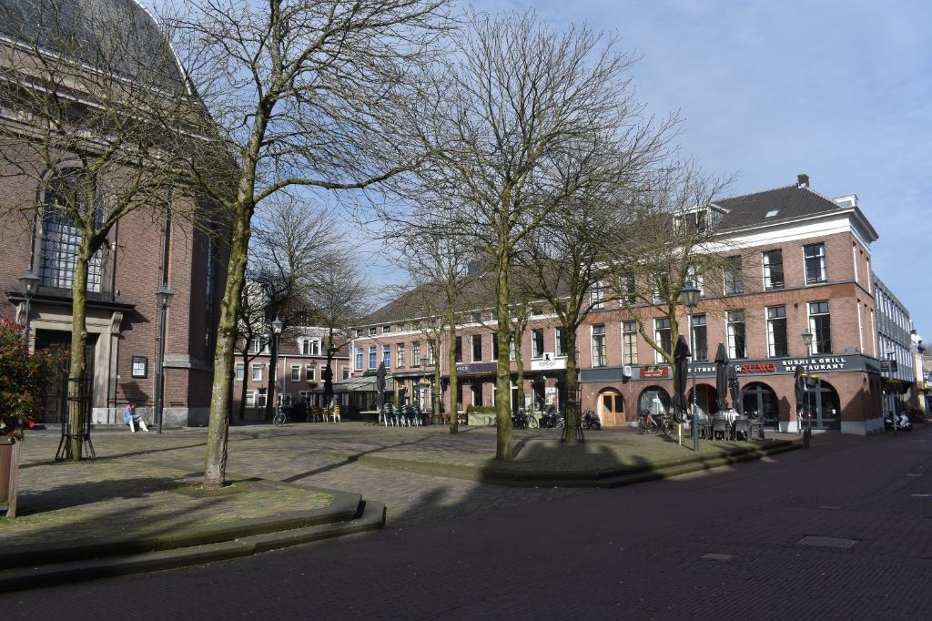 Het Jansplein. Normaal een vol terras. Nu een verlaten plein. Foto: Jan Vernies © DPG Media