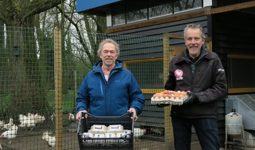 Vrijwilligers Rob Boers en Gé Kleijweg van het Buurtkippenhok in het Hof van Delftpark (Foto: Annemarie Oorthuizen)