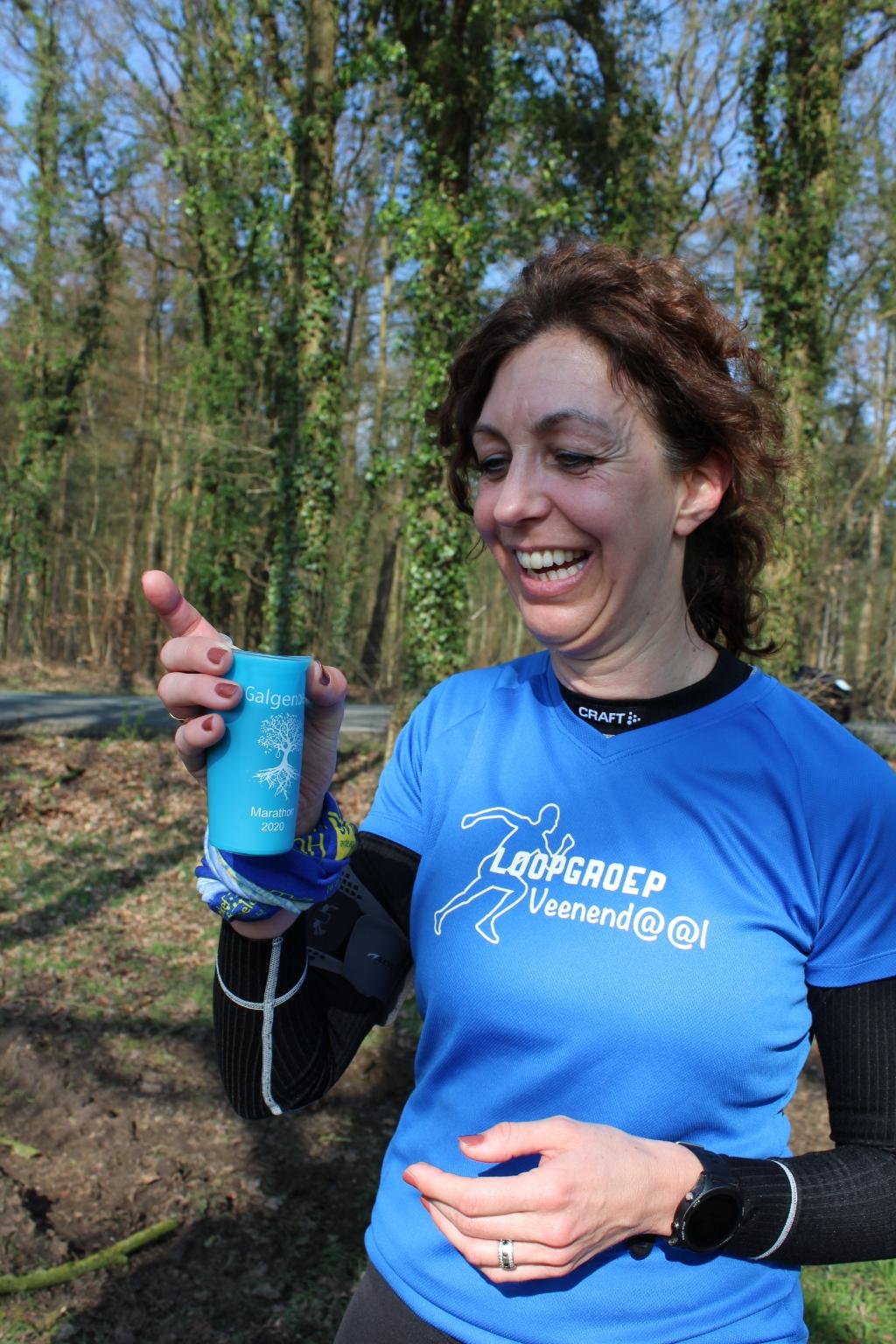 """Een van de lopers met haar opvouwbare """"trail cup"""" Foto: Renate Vos © DPG Media"""