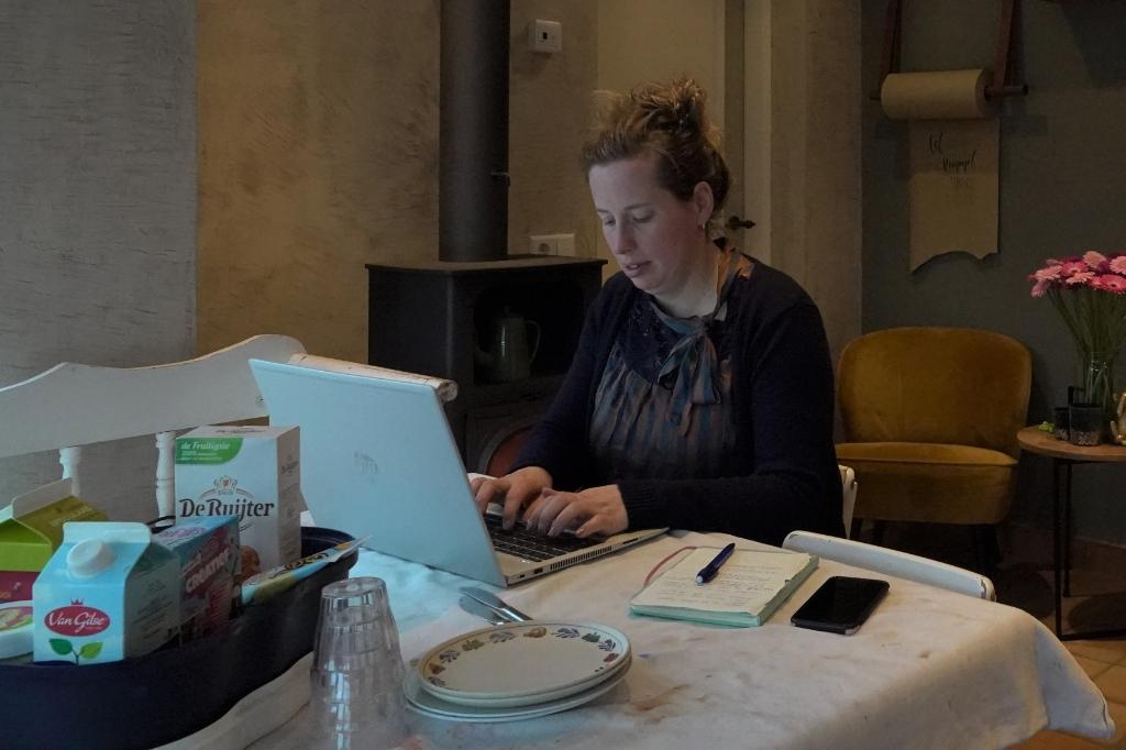 Correspondent Marielle Pelle is het gewend om thuis te werken aan haar artikelen. Maar nu haar kinderen thuis zijn, werkt het toch anders. Daarom gaat ze heel vroeg in de ochtend al aan de (hagel)slag.  © DPG Media