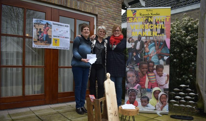 Ingrid Eidhof van het Vastenactiecomité, Betsy Winkel en Jeanet Berkhof van Stichting Kapande Namibië. Op de foto ook artikelen die voor dit project zijn gemaakt door cliënten van zorgboerderij de Koningshoeve Vriezenveen. (Foto: Van Gaalen Media)