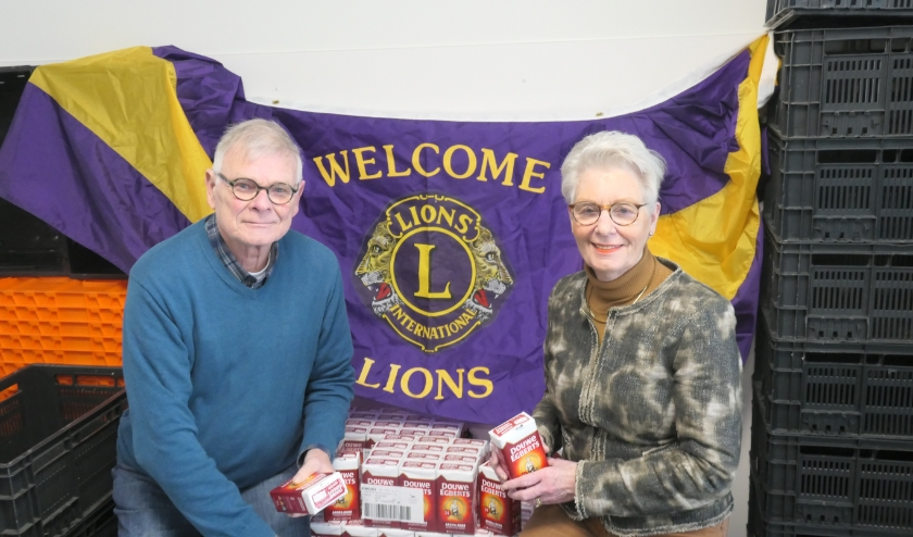 Leo van Houwelingen en Asti Witzenburg nemen de 520 pakken koffie in ontvangst