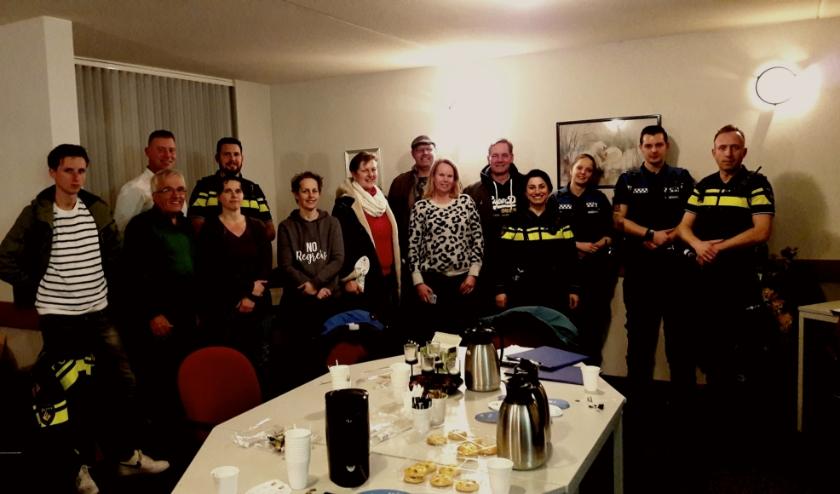 Heel gezellig, koffie en koek, vijf agenten (1 x niet op de foto ) en een stel burgers, maar vooral ook heel serieus. En avontuurlijk!