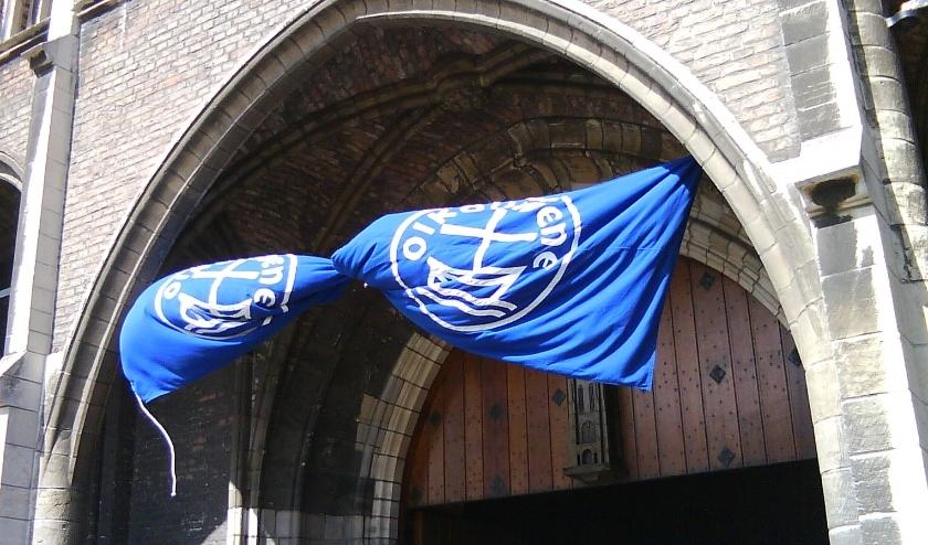 Vlag van de oecumene in het portaal van de Nieuwe Kerk, Delft.