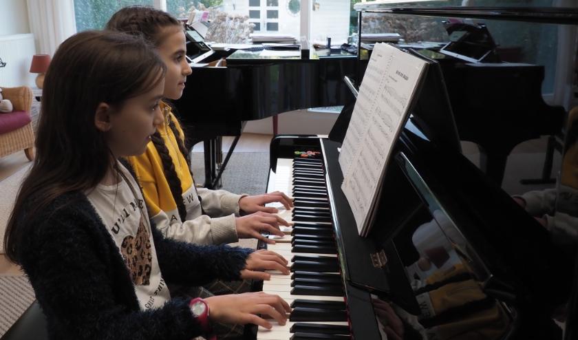 Jana en Elena bereiden zich voor op hun optreden bij Waalre's Got Talent.