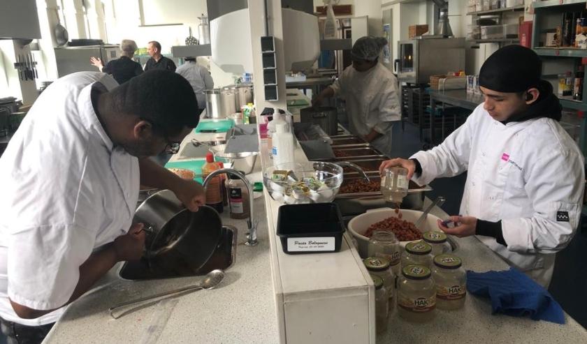Studenten van Zadkine Startcollege in maken nu dagelijks 100 maaltijden die door Humanitas bij mensen thuisbezorgd worden.
