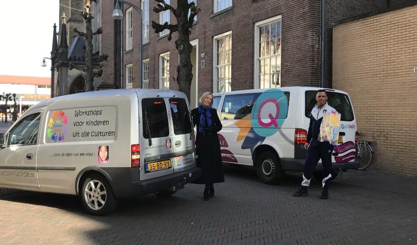 De taxibus van De Windroos met vrijwillige chauffeur/ouder Carlo en de auto van Colorful Circle met Elsa Rothengatter.