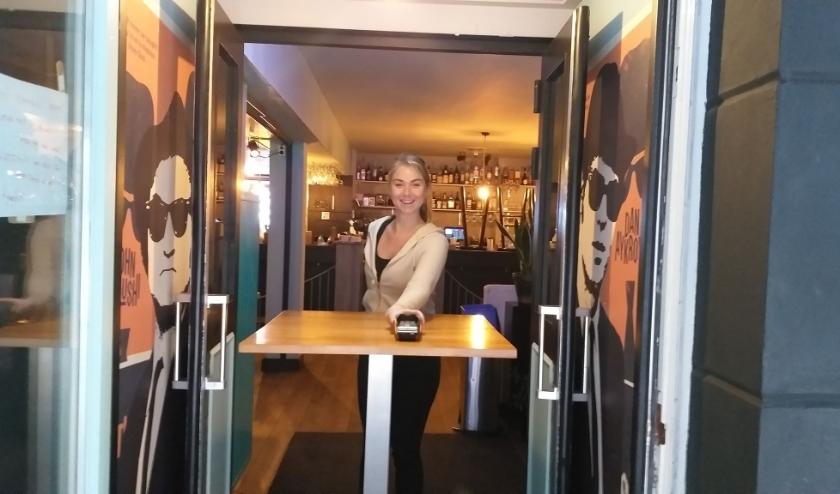 Het nieuwe afhaalloket bij Bij Flip voor het afhalen van gerechten werkt prima. (Foto: Willy Gout)