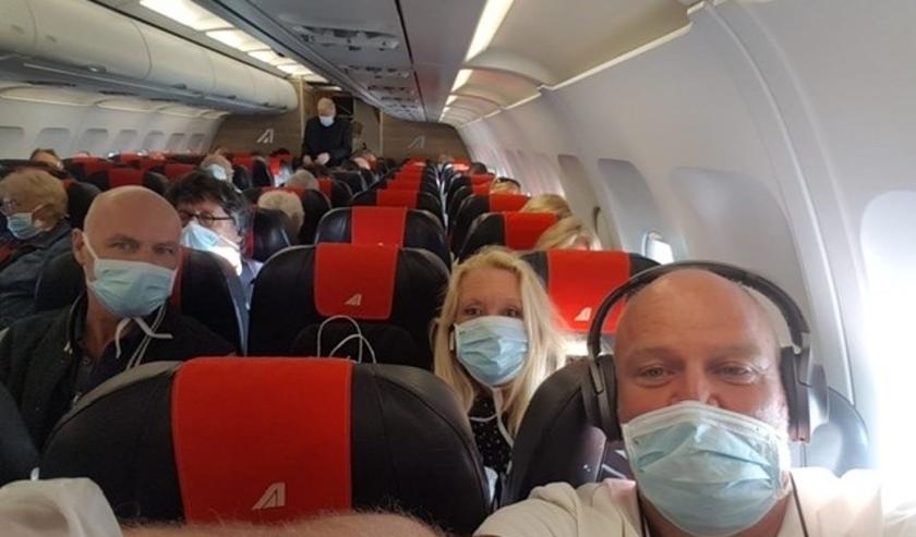 Rechtsvoor Ed Slagboom in het vliegtuig terug naar Nederland.