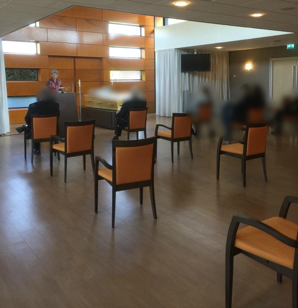 In de aula van het crematorium mogen maar 30 stoelen staan, verspreid over de ruimte.  Foto: Mensink-Ferguson Uitvaartzorg © DPG Media
