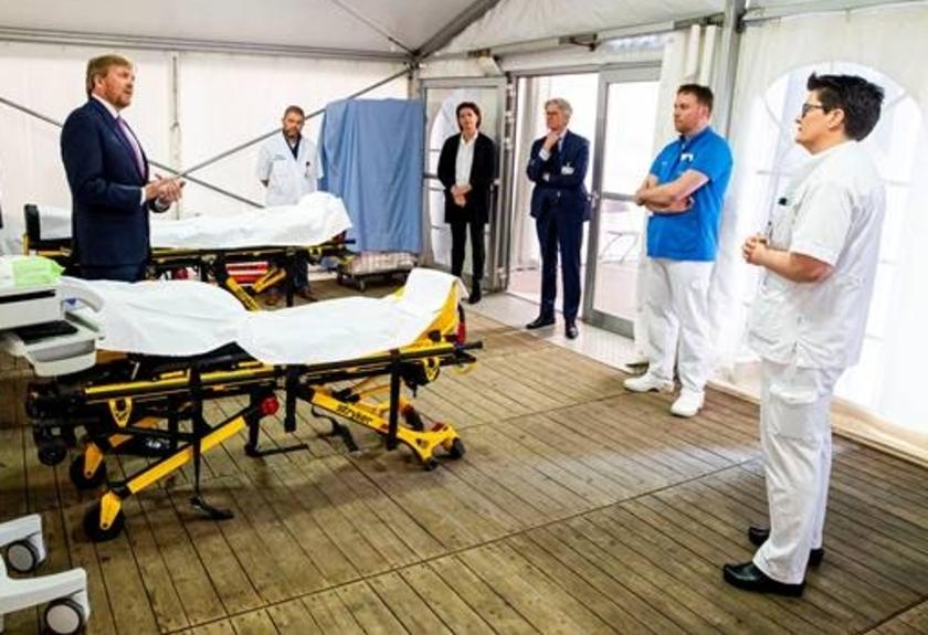 Koning Willem Alexander in gesprek met medewerkers van ziekenhuis Isala.