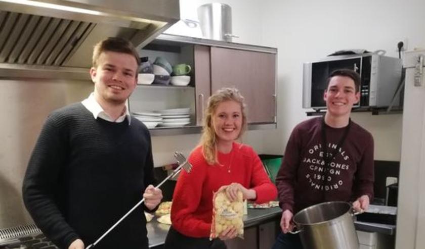 Studenten van A.S.V Taste helpen koken bij Huis en Haard, de opvang van het Leger des Heils