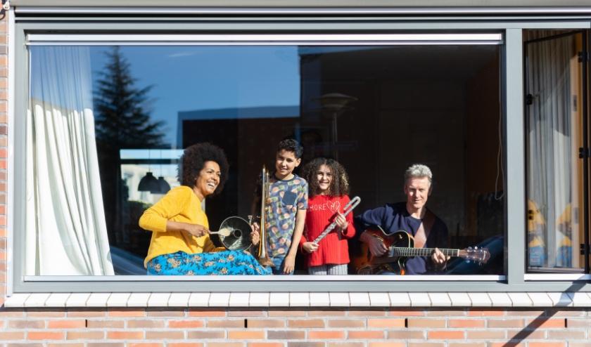 Frann de Vries met haar man en kinderen. Zij doden de tijd met muziek. (Foto: Annabel Jeuring)