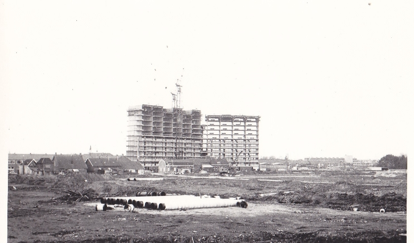 De ERA-flat aan het P.J. Oudplein in aanbouw. Links een deel van de oude bebouwing in de buurt van het Slagveld (Coll. HVZ).
