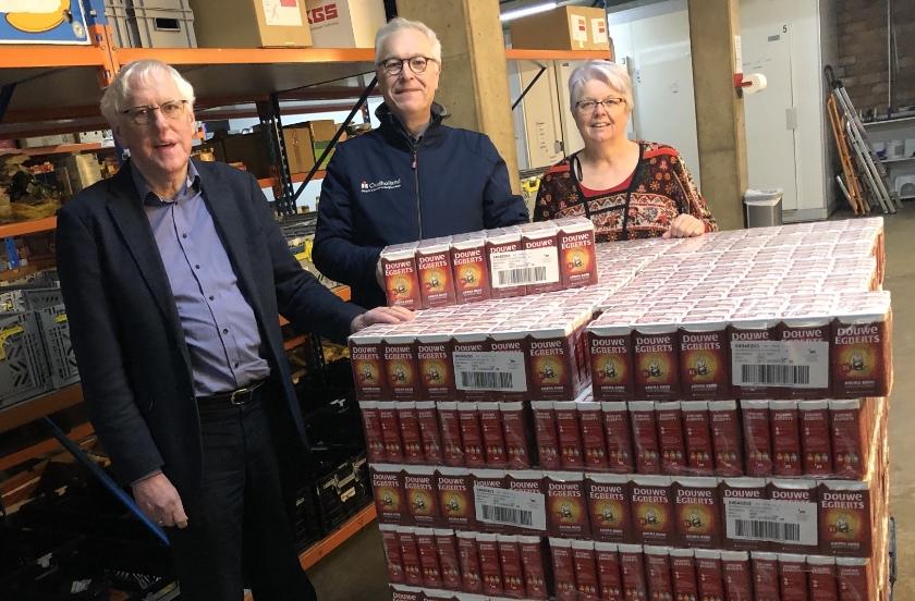 Cor Wijnolts van de Lionsclub Elburg-Oldebroek, geflankeerd door Henk de Groot en Anneke Wegh van de voedselbank.