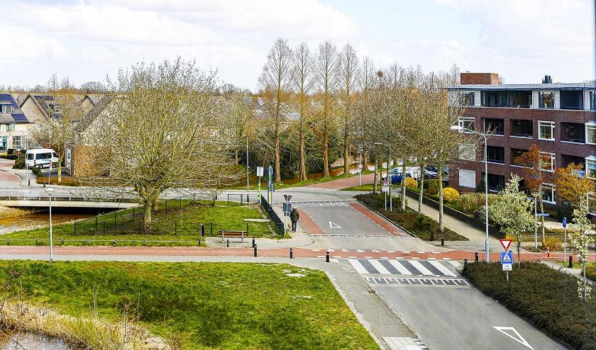 Op een gewone werkdag en een zondag rijden fietsers en auto's af en aan op de Tonselsedreef terwijl het nu wel heel stil is.   (foto: Wim Ham)