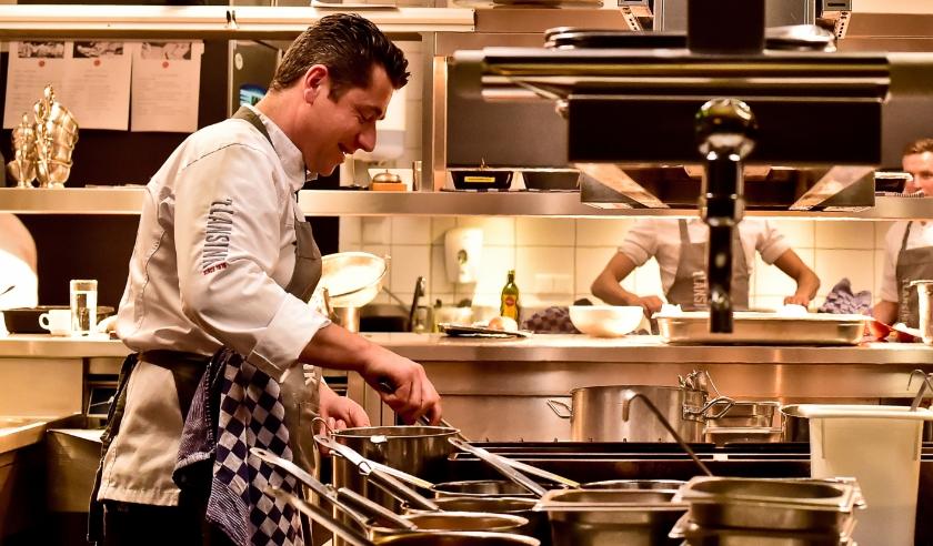 Lars van Galen, SVH Meester-kok en eigenaar van Hotel-Restaurant 't Lansink, gaat samen met zijn team kosteloos en belangeloos koken voor mensen die het nu echt nodig hebben.