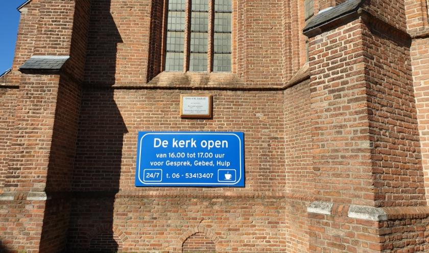 De uitnodiging op het bord aan de Grote Kerk in Montfoort. (Ingezonden foto)