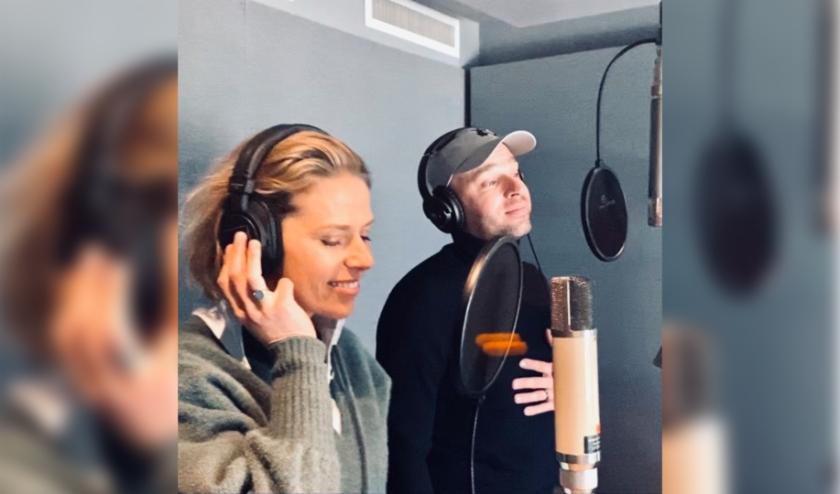 Merel Kooning en Wim van Uum doken de studio in om een lied op te nemen dat iedereen met elkaar moet verbinden.
