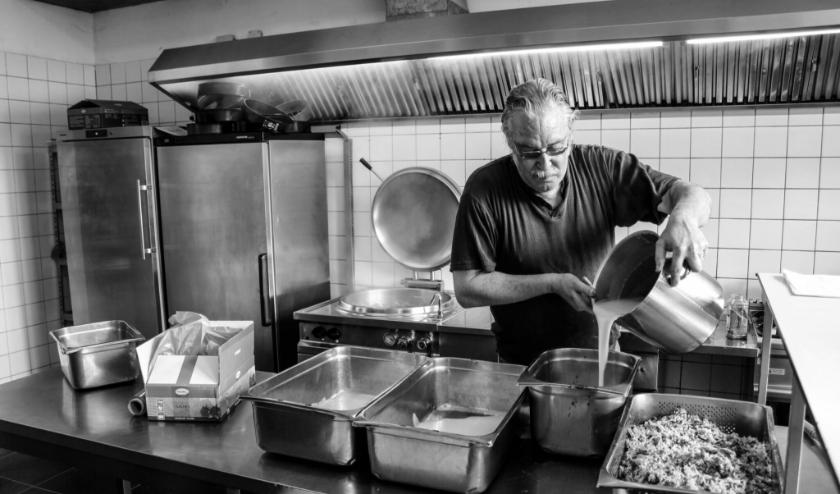 Fokke in zijn keuken (foto: Doris van Iperen)