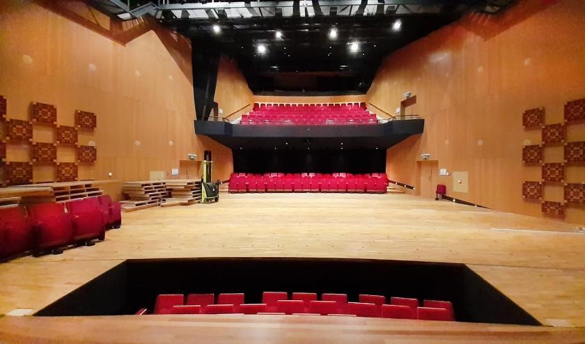 Alle theaterstoelen worden naar de artiestenfoyer verplaatst.