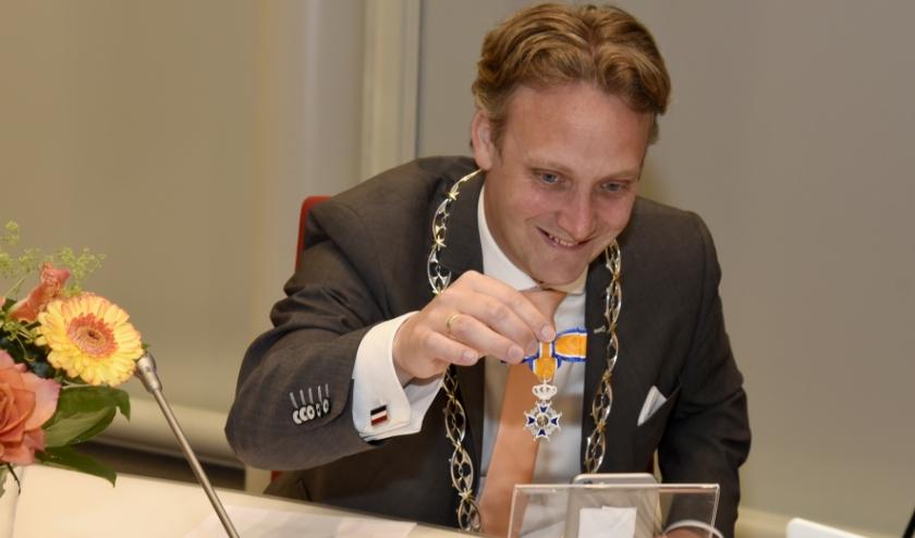 Burgemeester Pieter Verhoeve 'overhandigt' via videobellen de Koninklijke onderscheiding. Foto: Marianka Peters
