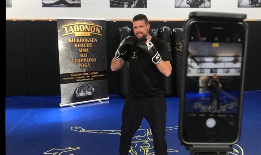 Trainer Bob geeft les via een livestream. Het lesaanbod bestaat inmiddels uit: kickboksen voor iedereen, jeugdlessen, ouder- en kind training, krachttraining, yoga, MMA en grappling.