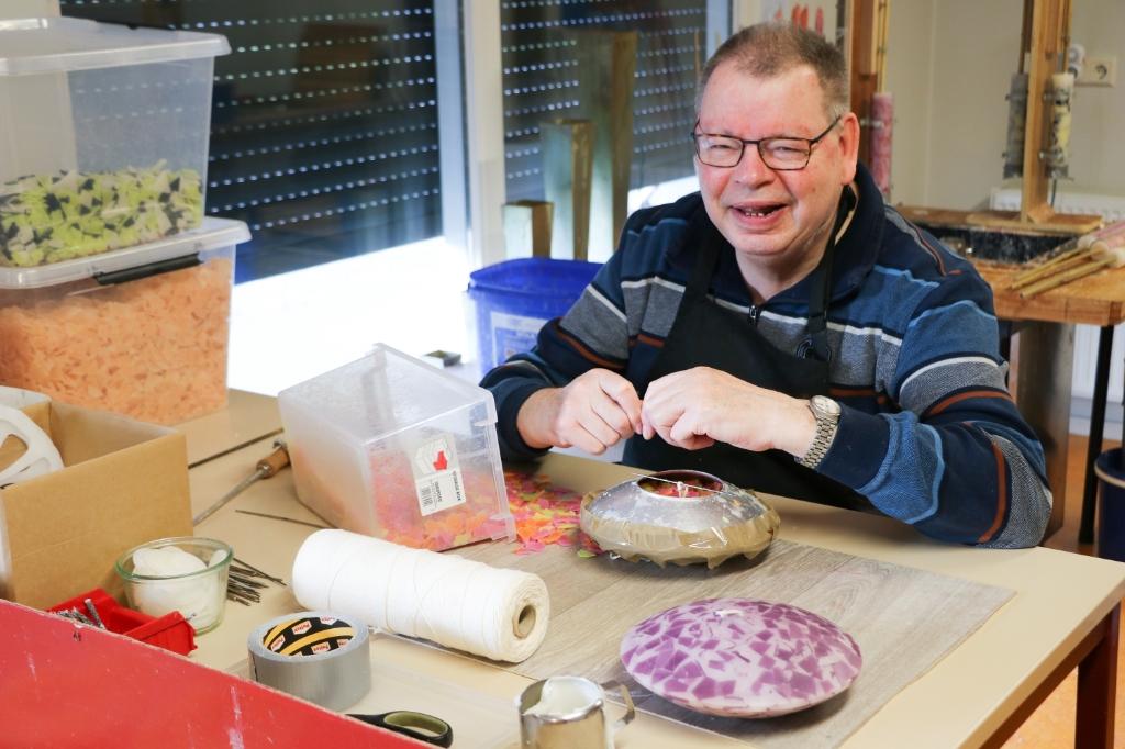 Harm maakt van oud kaarsvet nieuwe kaarsen.  © DPG Media