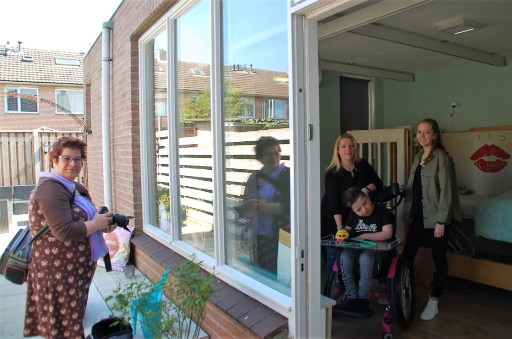 Annemarie Vriends legt moeder Saskia van de Wiel en haar dochters Noa en Lynn (in rolstoel) Kokluk in hun quarantainesituatie vast. Foto: Rens van Ginneken © DPG Media