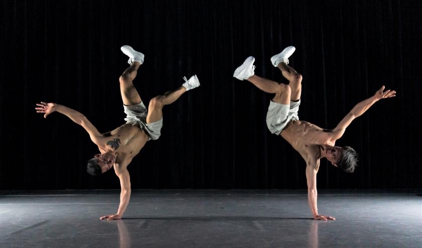 Dansers Simon Bus en Shane Boers (ook de choreograaf) tijdens de voorstelling Evolution van Corpo Máquina. Foto: Sjoerd Derine