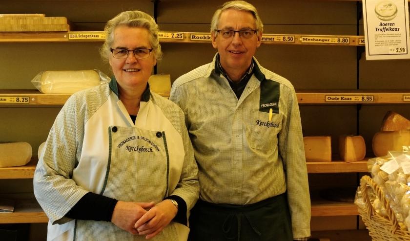 Alie en Piet Slootweg-Kastelein werken nog tot 2 mei in hun kaas- en delicatessenwinkel in Kerckebosch. Foto Ellis Plokker