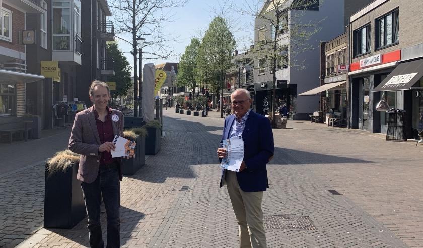Wethouder Stan van der Heijden (l) en Luud Raaijmakers, voorzitter Centrummanagement pleiten ervoor om zoveel mogelijk lokaal te kopen.