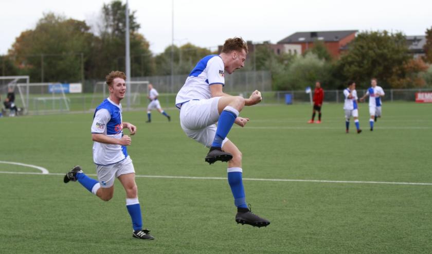Een blije Croes (midden) na een doelpunt (Foto: Dick de Wal).