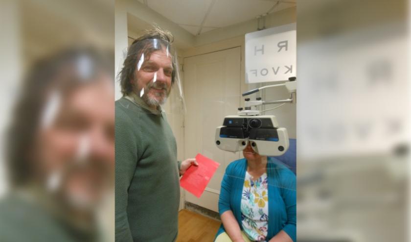 Hans Schroten; opticien en optometrist in Elburg, heeft geïnvesteerd in schermen en maskers van plexiglas. (Foto: José Oosthoek)