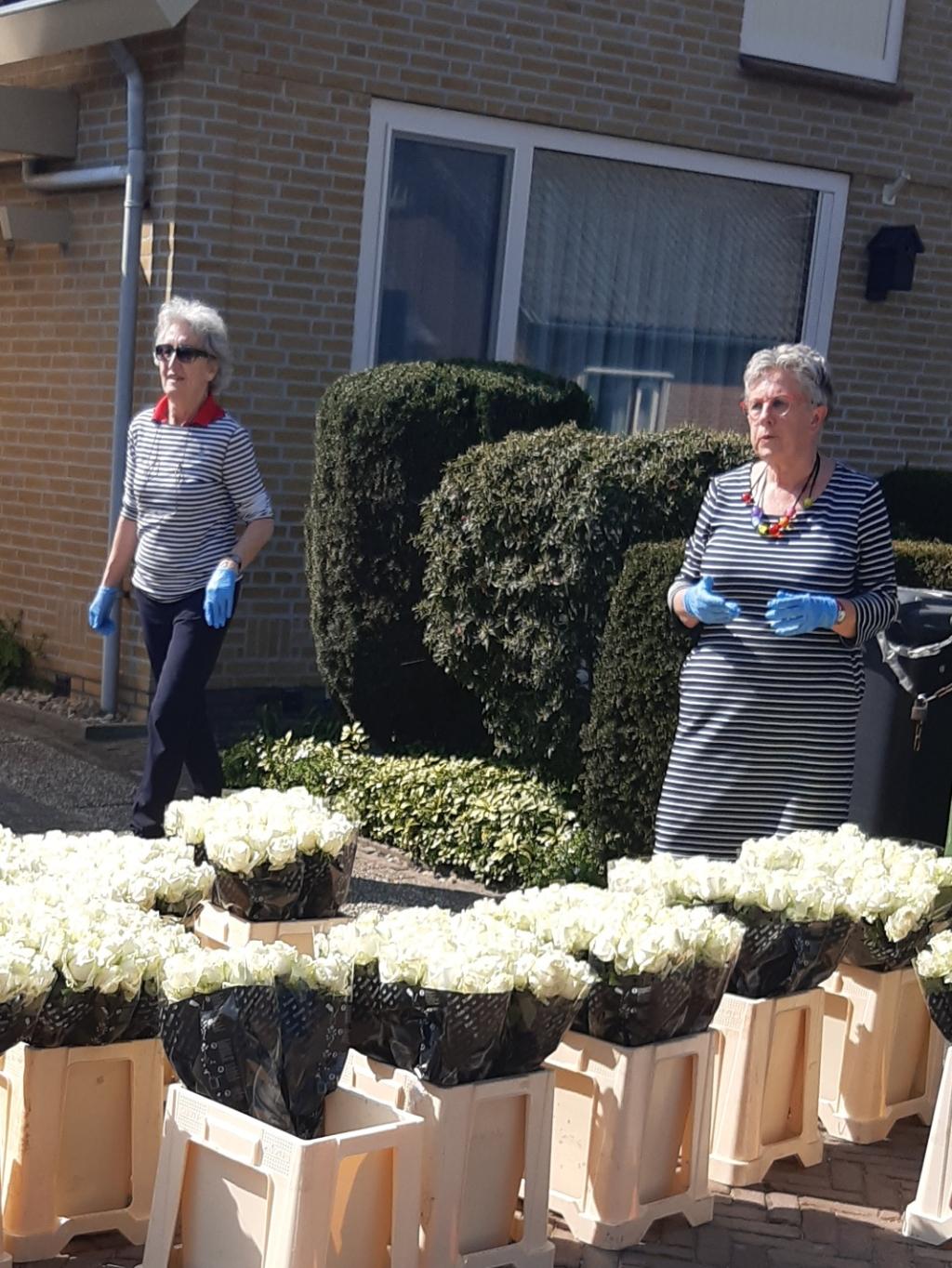 Marie-Josée Andringa van het Geheugensteunpunt (links) en Fennie Tiemens van het Alzheimer Café Heerde bij het uitdeelpunt.