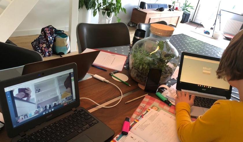 Iedere dag krijgen de leerlingen online instructie van hun leerkracht via een live videoverbinding of opgenomen filmpjes. ''En wat zijn ze hard aan het werk!'' (Foto: Prins Clausschool)