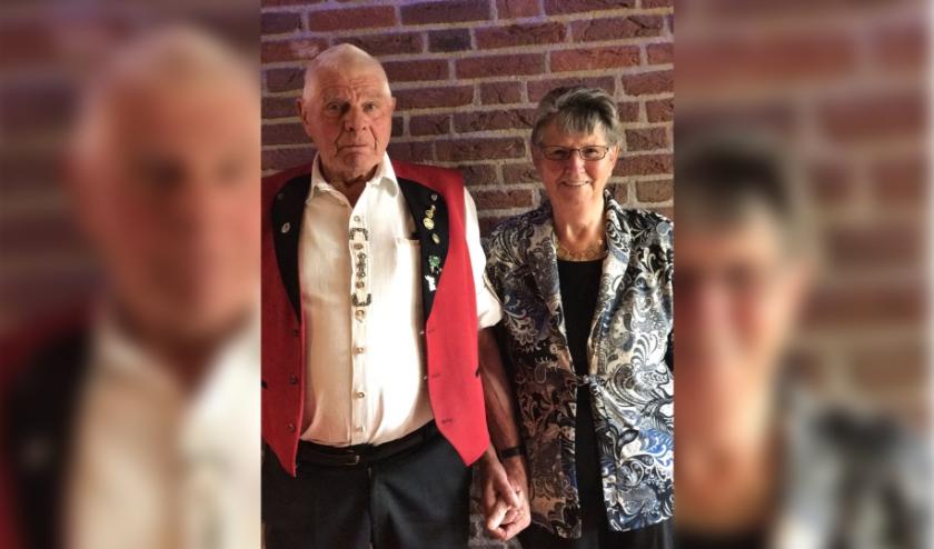 Luuk uit Zevenaar hoopt dat heel veel mensen een kaartje sturen naar zijn opa Bart, die 85 wordt, en oma Dinie. (foto: PR)