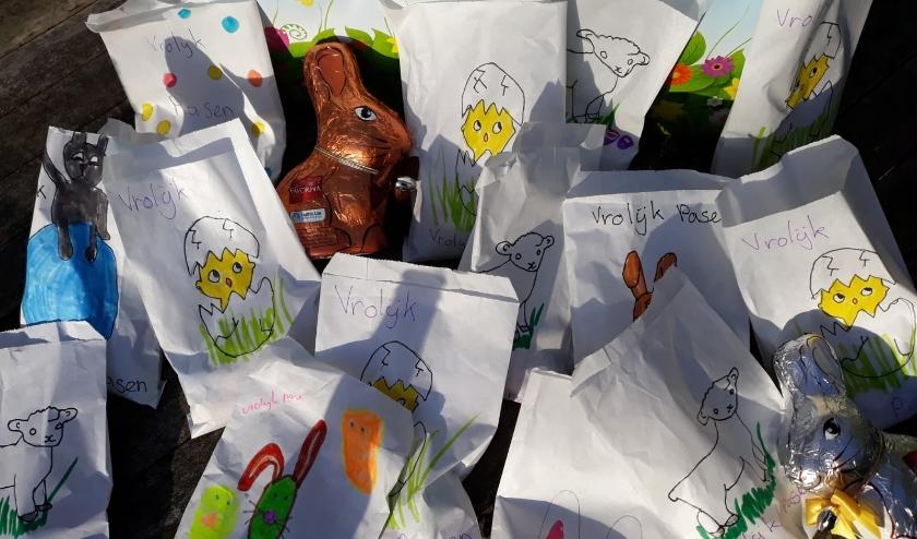 De versierde zakjes met paaseieren