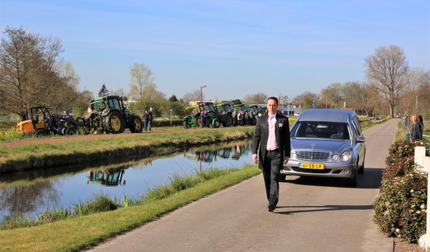 Boeren brengen met hun trekkers een eerbetoon aan boer van Santen. Foto: Fred Roland