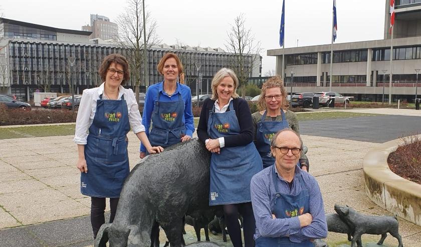 Watrestje bij het Provinciehuis v.l.n.r.: Ivonne van Vliet, Dianne van Kessel, Esther Poulissen, Paula Huismans en Jan Vugts.