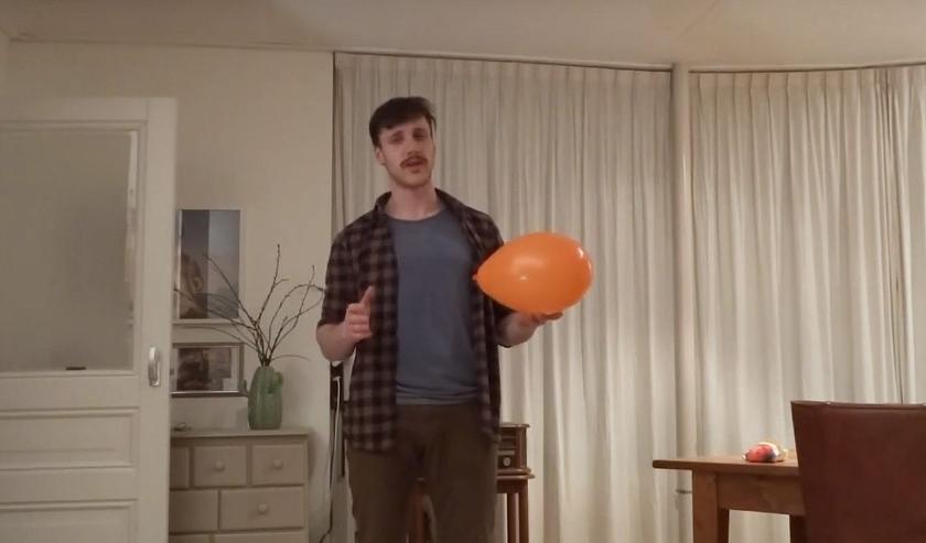Fragment uit de ballonnenchallenge op quarantrain.org