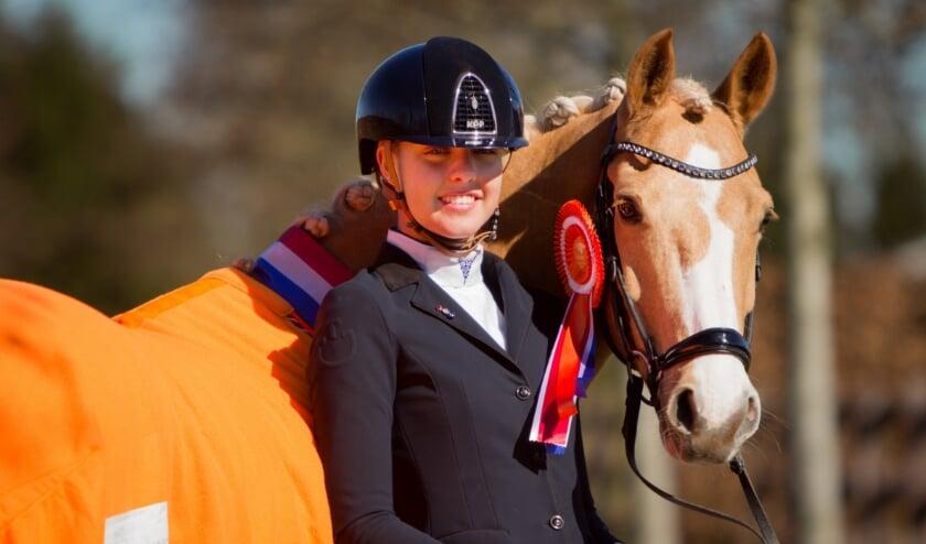 <p>Hummer behangen met de versierselen voor Europees brons die hij samen met Jill en het Nederlands team won.</p>