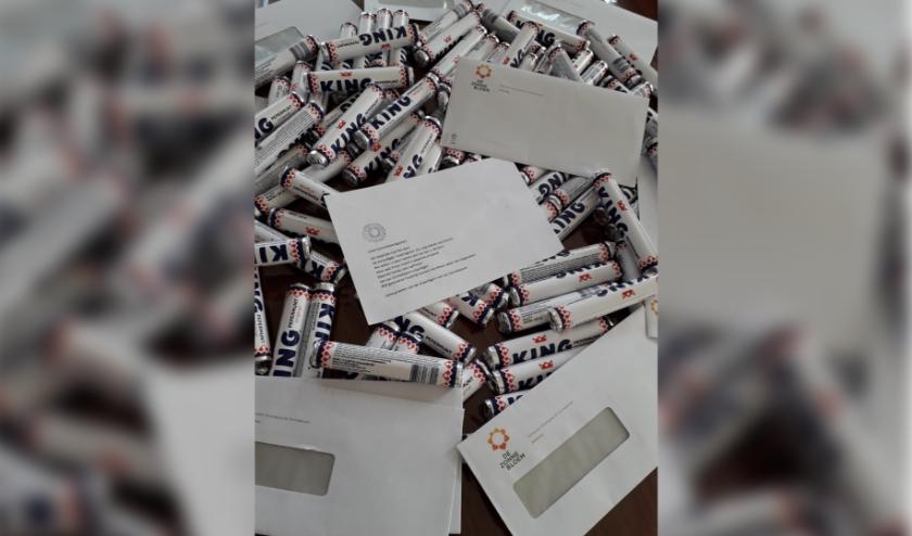 Voor alle gasten een lief briefje en een frisse rol pepermunt. (foto: Theo Banning)
