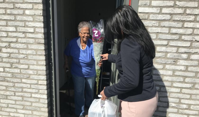 Boekje, maaltijd en een bloemetje voor Bea Lourens uit handen van stadsdeelwethouder Kavita Parbhudayal van Leidschenveen-Ypenburg.