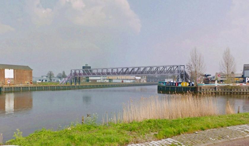 Een impressie van de tijdelijke brug over de Belcrumhaven.