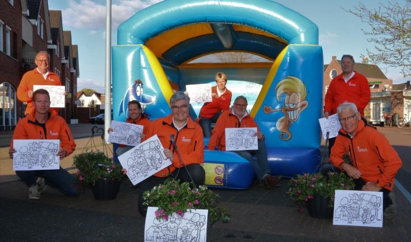 Bestuursleden van de Oranjevereniging met de Wierdense kleurplaat, gemaakt door cartoonist Remko. (Foto: Henk Steen)